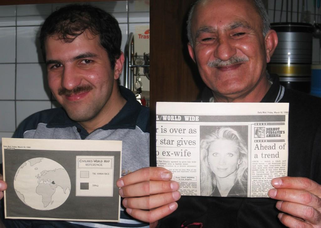 Ahmed viser satiretegning om Irak fra 1991, faderen viser bagsiden:-)